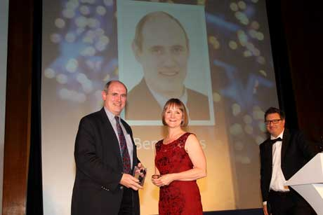 Benny Ons receives the Innovation Award from Miranda Pothiawala of Samarind RMS